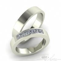 21. Witgouden trouwringen met diamant in princess slijpsel. Paar 2795.-