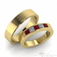 33. Geelgouden trouwringen met diamant princess en robijn carré. Paar 1050.-