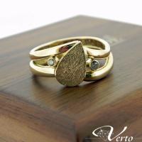 Ring met vingerafdruk gemaakt van 2 trouwringen