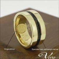 Gouden ring met vingerafdruk en as